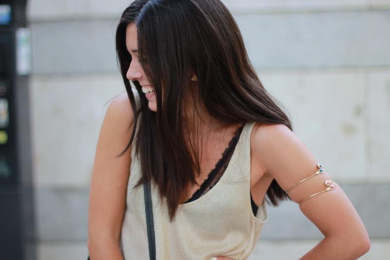 camiseta_dorada_encaje_negro