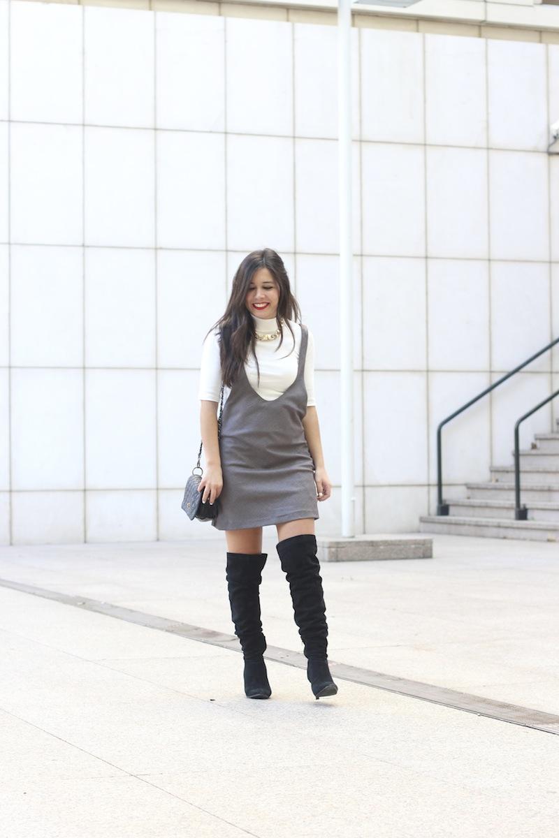 vestido_con_botas_altas