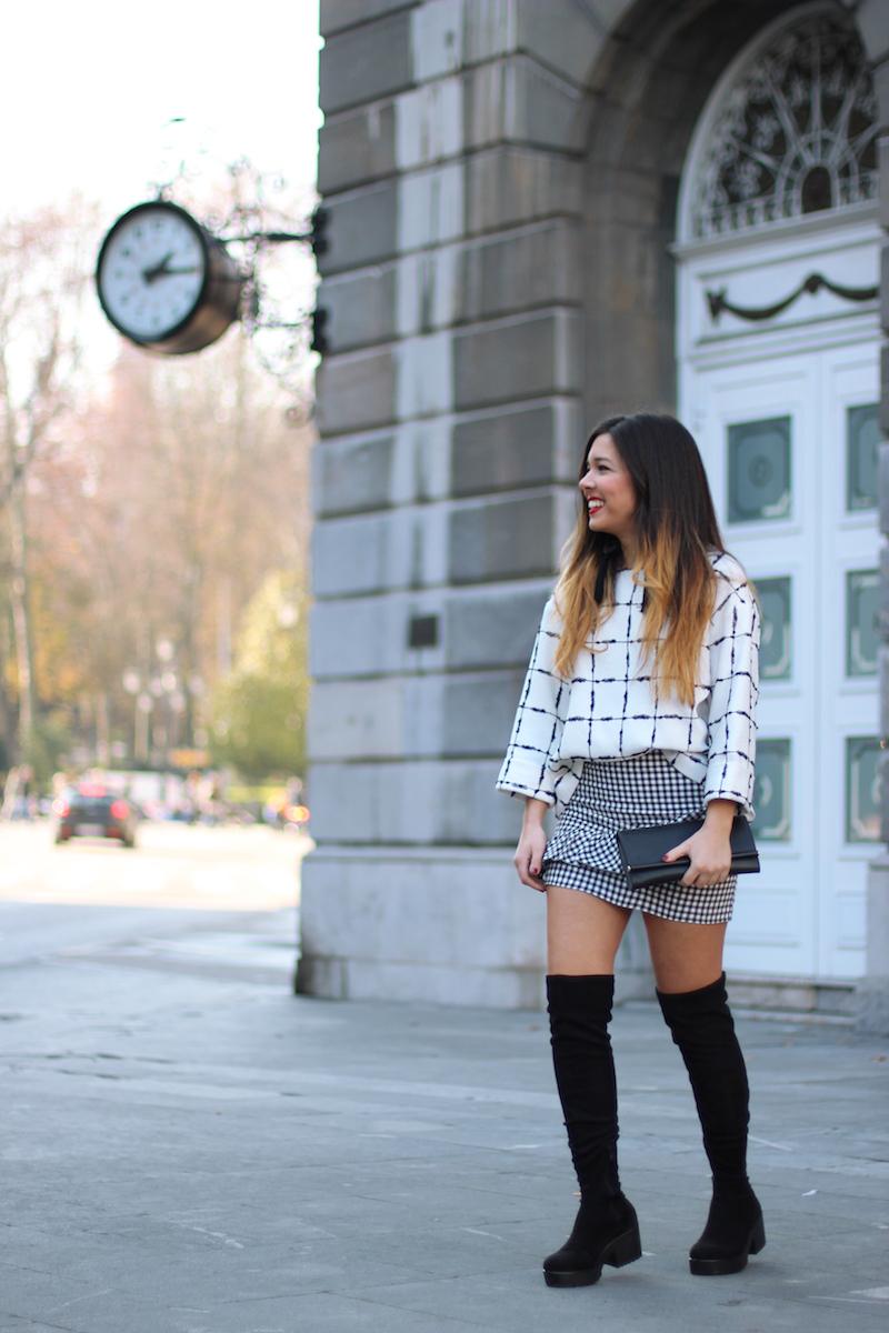 minifalda_con_botas_altas